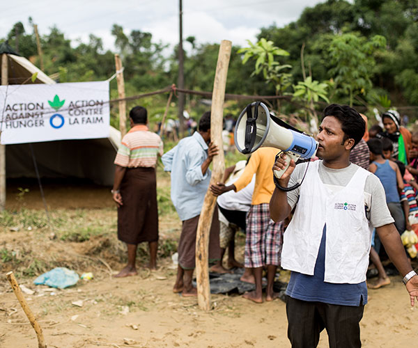 Action Against Hunger teams distribute cooked meals to Rohingya refugees at Balukhali camp in Bangladesh.