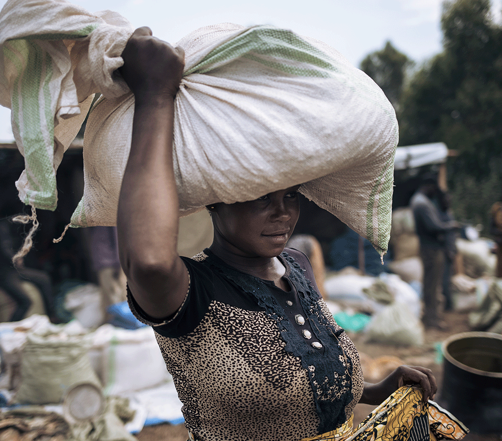 Cécile Tabo Mapamadjo leaves with the foodstuffs she bought at the fair organized by ACF in Largu DRC